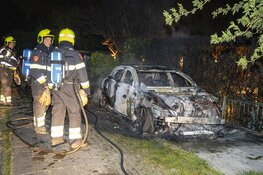 Personenwagen volledig uitgebrand aan de Stelling in Velsen-Zuid