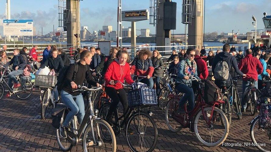 Drukte op pontje bij IJmuiden valt mee ondanks afsluiting sluizenroute