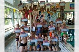 Trotse bezitters van een zwemdiploma bij zwembad de Heerenduinen