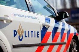Automobilist ramt geparkeerde auto's in IJmuiden, belandt op zijkant