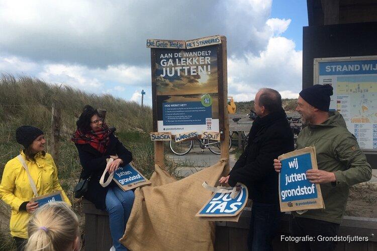 Strandwandelaar kan in Wijk aan Zee koffie, thee of ijsje afrekenen met een volle juttas aan strandvuil