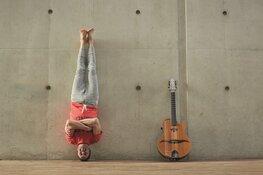 Yoga in Concert –Yogales op schouwburgpodium door Yogi en topgitarist Jan Kuiper