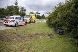 Motorrijles gaat mis, vrouw rijdt in bosjes en raakt gewond