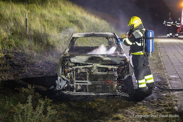 Auto volledig uitgebrand aan de IJmuiderslag