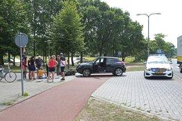 Afslaande automobilist ziet scooterrijdster over het hoofd