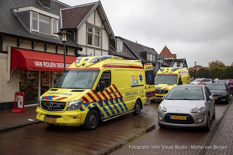 Ambulances en traumateam in Hoofdstraat in Santpoort