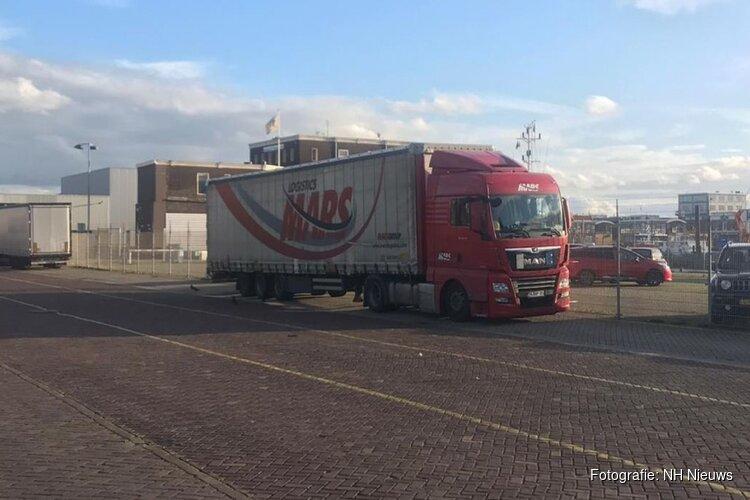 Twaalf volwassenen en vier kinderen gevonden in vrachtwagen in haven IJmuiden