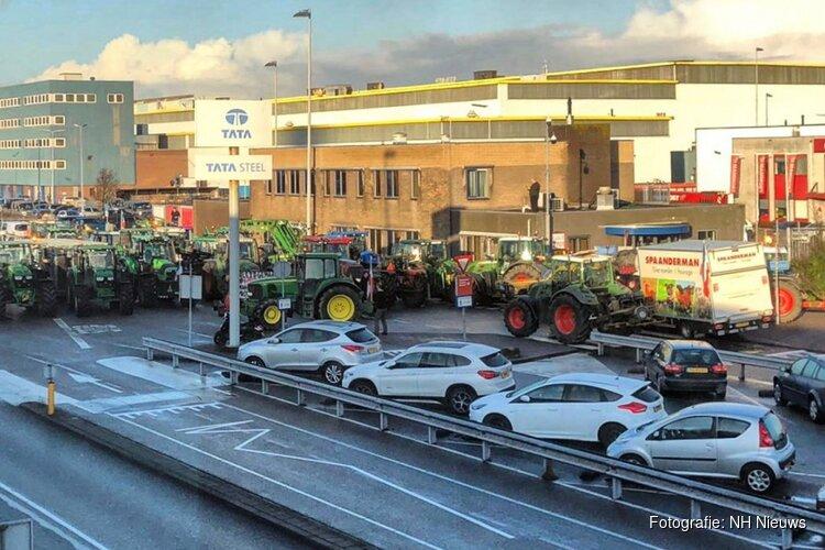 """Tegengehouden A9-boeren blokkeren poorten Tata Steel: """"Staat helemaal vast"""""""