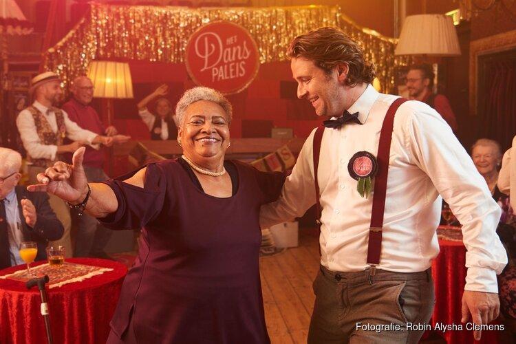 Schouwburg omgetoverd tot danspaleis tijdens nieuwjaarsbal voor senioren