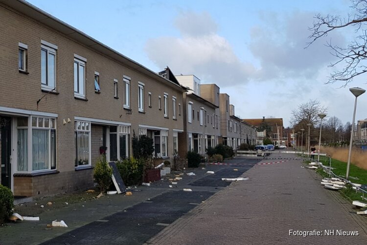"""Velserbroekse straat is ravage na storm: """"Half mijn dak zat over mijn huis heen"""""""