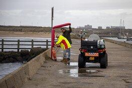 Omstanders gooien reddingsboei naar drenkeling in IJmuiden