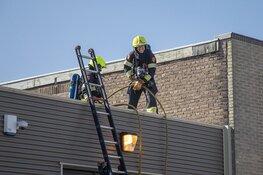 Brandweer groots uitgerukt voor brand op dak IJmuiden